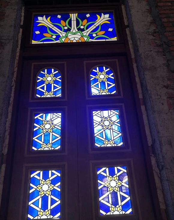 镶嵌彩色玻璃穹顶
